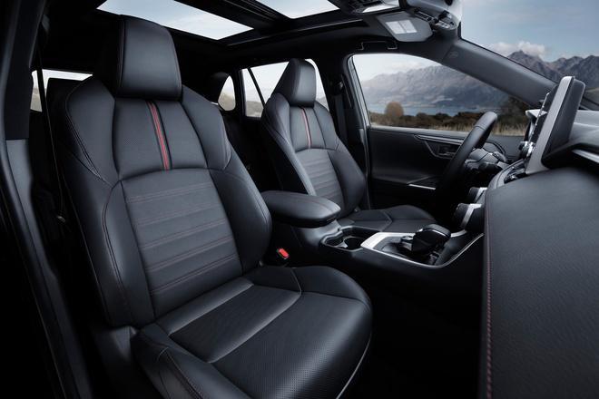Toyota mang RAV4 Prime PHEV 2021 tới Chicago, cấm chạm vào xe Ảnh 9
