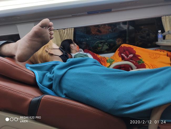 Đi xe khách giường nằm, nửa đêm bị đánh thức bởi tiếng ngáy rất to nhưng hình ảnh bên cạnh khiến anh chàng tá hỏa Ảnh 3