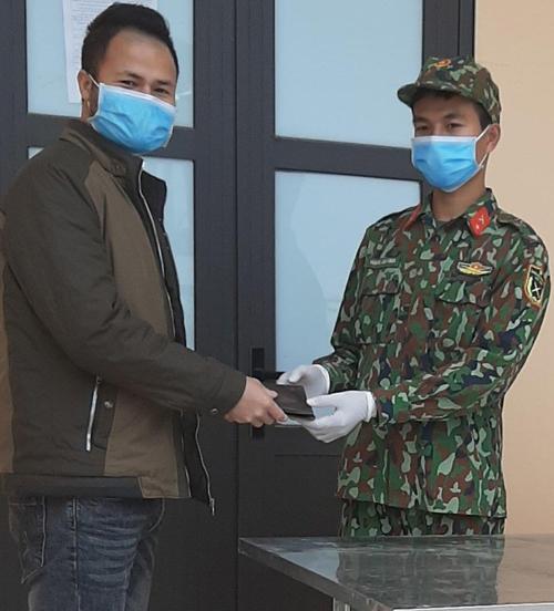 Chiến sĩ trẻ trả lại ví nhặt được của người dân tại khu cách ly Ảnh 1