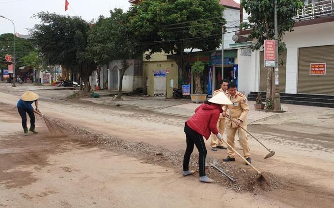 Hình ảnh đẹp: CSGT cùng nhân dân dọn sạch khối lượng lớn đất, đá trên quốc lộ đảm bảo giao thông Ảnh 1