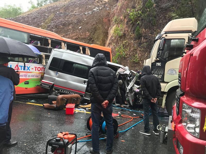 Tai nạn liên hoàn: Ô tô 16 chỗ bẹp dúm, 7 người thương vong Ảnh 3