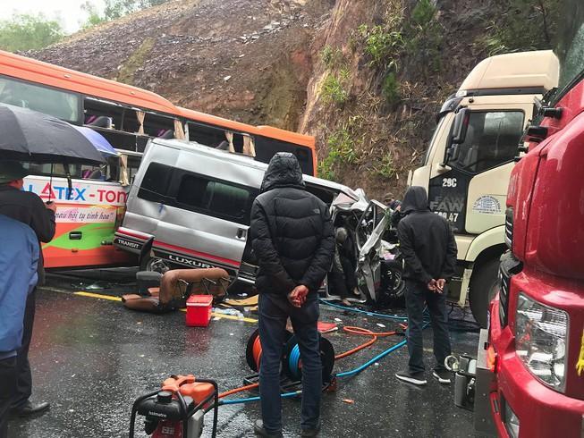 Tai nạn liên hoàn: Ô tô 16 chỗ bẹp dúm, 7 người thương vong Ảnh 1