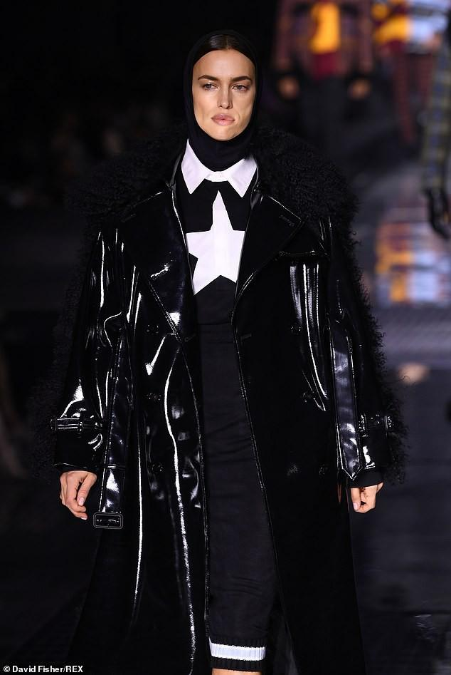 Irina Shayk phong thái lạnh lùng, mặc kín đáo sải bước trên sàn diễn Ảnh 2
