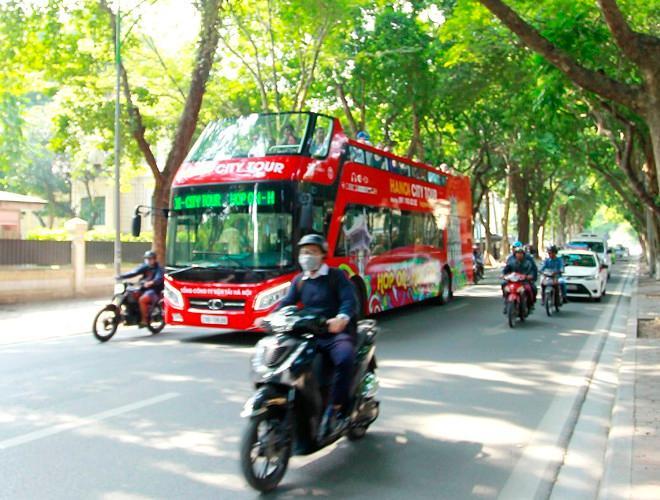Khách du lịch đeo khẩu trang phòng virus corona, khám phá Thủ đô Hà Nội Ảnh 11