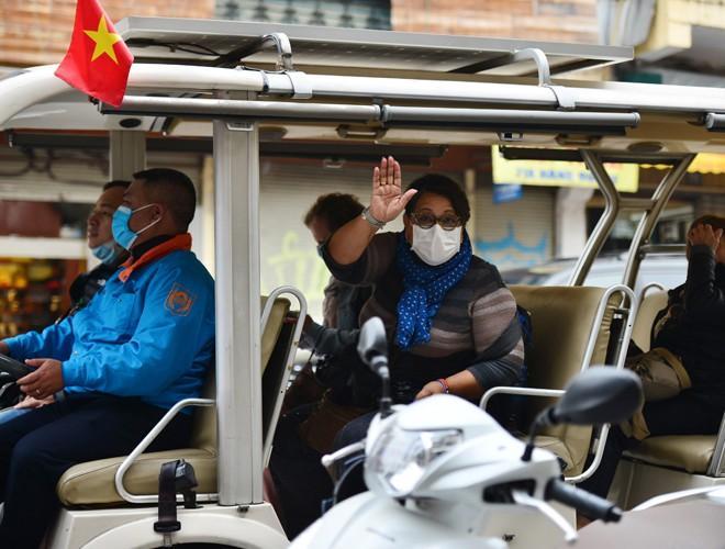 Khách du lịch đeo khẩu trang phòng virus corona, khám phá Thủ đô Hà Nội Ảnh 6