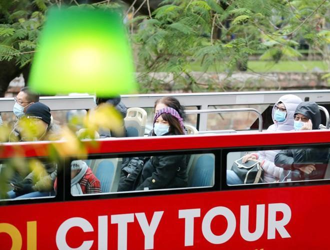 Khách du lịch đeo khẩu trang phòng virus corona, khám phá Thủ đô Hà Nội Ảnh 8