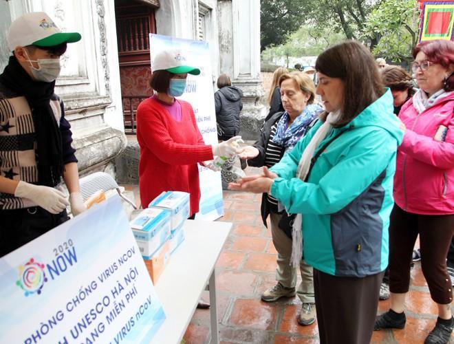 Khách du lịch đeo khẩu trang phòng virus corona, khám phá Thủ đô Hà Nội Ảnh 3