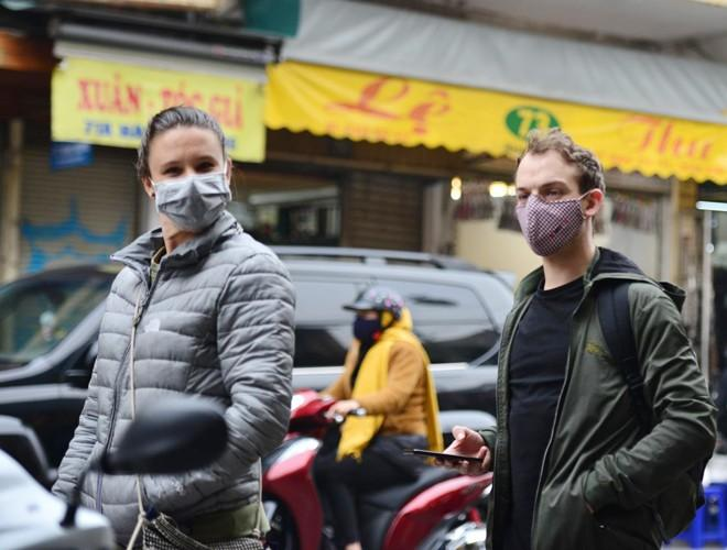 Khách du lịch đeo khẩu trang phòng virus corona, khám phá Thủ đô Hà Nội Ảnh 10