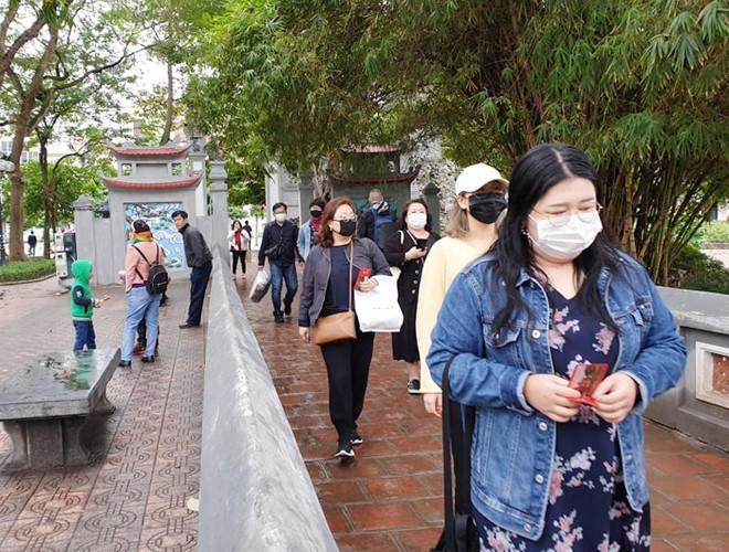 Khách du lịch đeo khẩu trang phòng virus corona, khám phá Thủ đô Hà Nội Ảnh 9