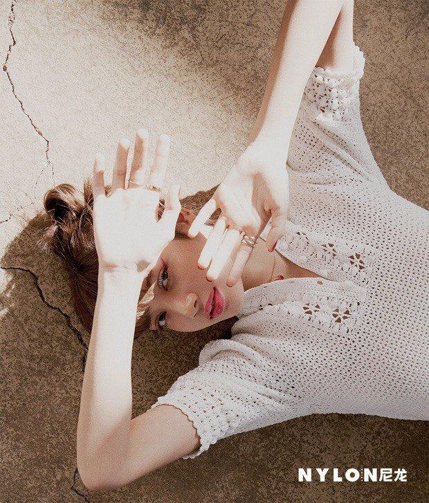 Đụng váy hơn 100 triệu đồng - Thư ký Kim Park Min Young và Lisa Black Pink đều mang 'cá tính' riêng Ảnh 4