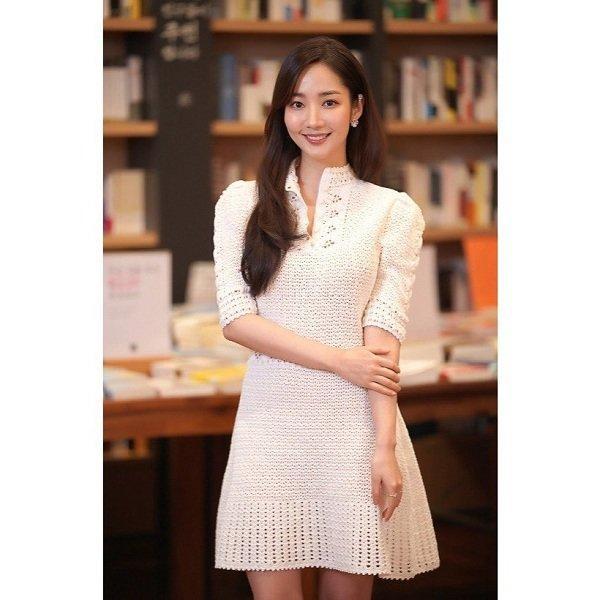Đụng váy hơn 100 triệu đồng - Thư ký Kim Park Min Young và Lisa Black Pink đều mang 'cá tính' riêng Ảnh 1