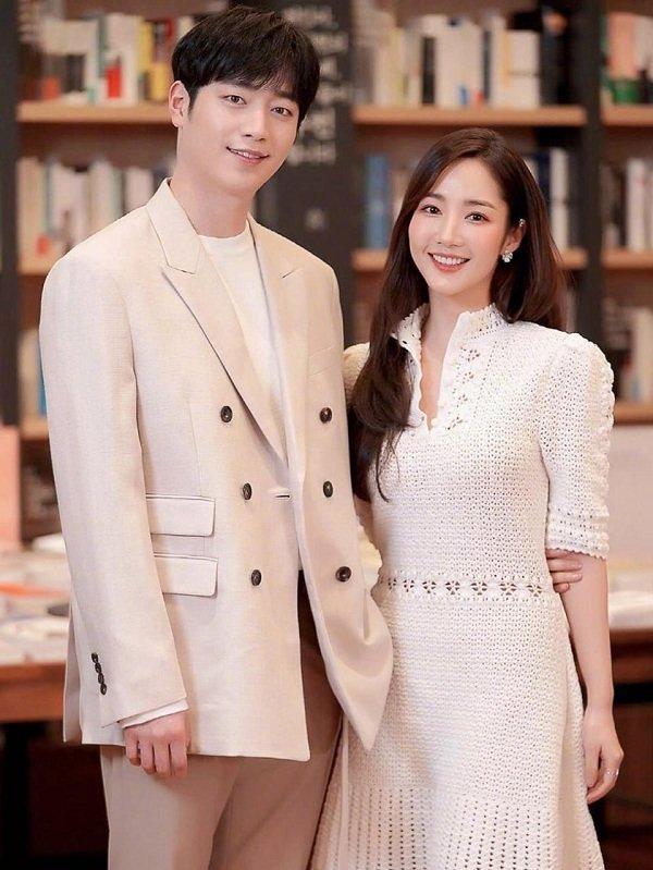 Đụng váy hơn 100 triệu đồng - Thư ký Kim Park Min Young và Lisa Black Pink đều mang 'cá tính' riêng Ảnh 2
