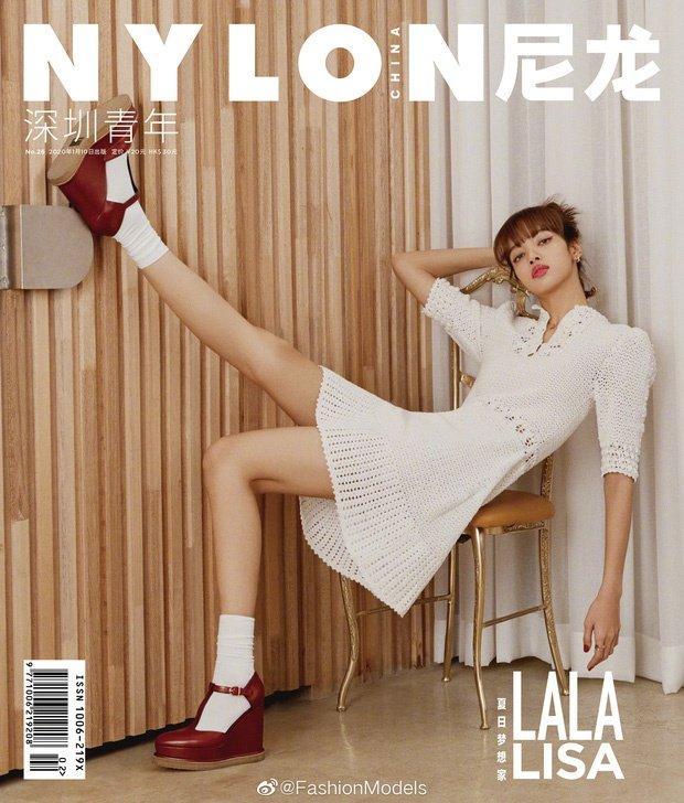 Đụng váy hơn 100 triệu đồng - Thư ký Kim Park Min Young và Lisa Black Pink đều mang 'cá tính' riêng Ảnh 3