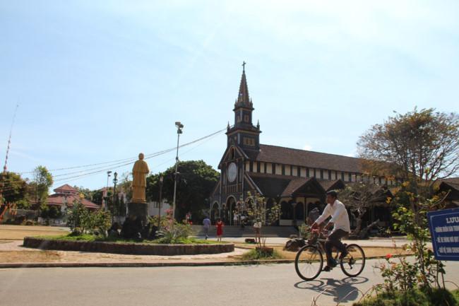 Choáng ngợp nhà thờ gỗ hơn 100 tuổi ở Kon Tum Ảnh 12