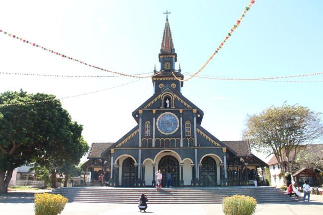 Choáng ngợp nhà thờ gỗ hơn 100 tuổi ở Kon Tum Ảnh 1
