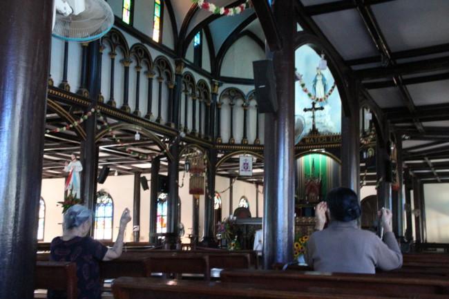 Choáng ngợp nhà thờ gỗ hơn 100 tuổi ở Kon Tum Ảnh 7