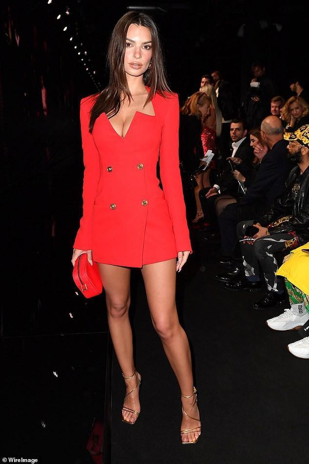 Emily Ratajkowski khoe dáng thon chân dài với đầm blazer đỏ rực Ảnh 1