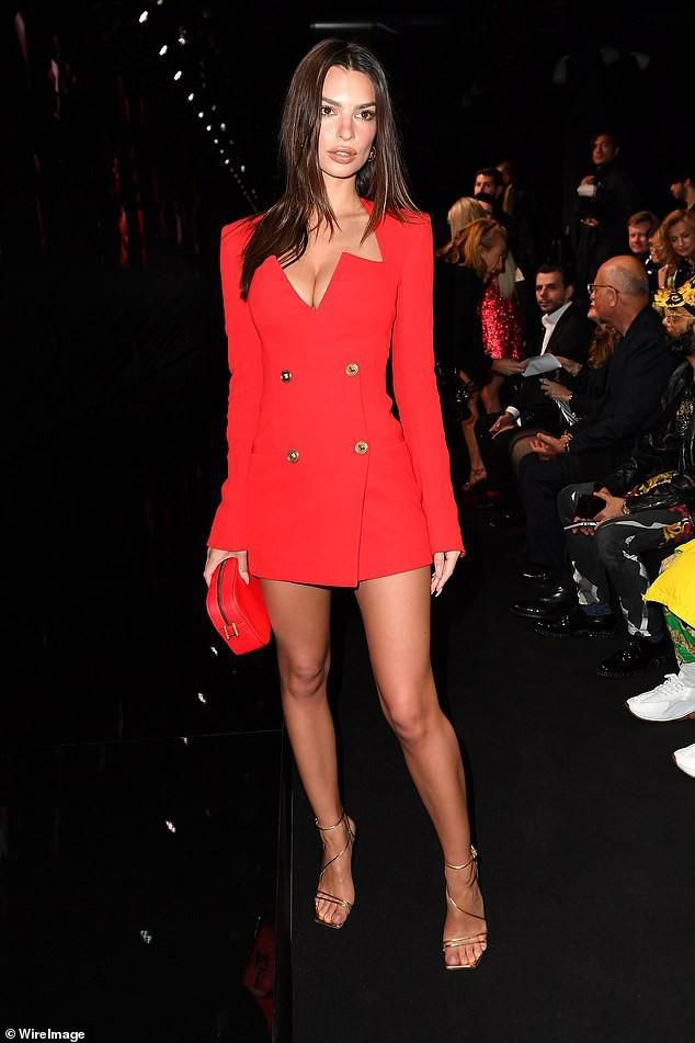 Emily Ratajkowski khoe dáng thon chân dài với đầm blazer đỏ rực Ảnh 2