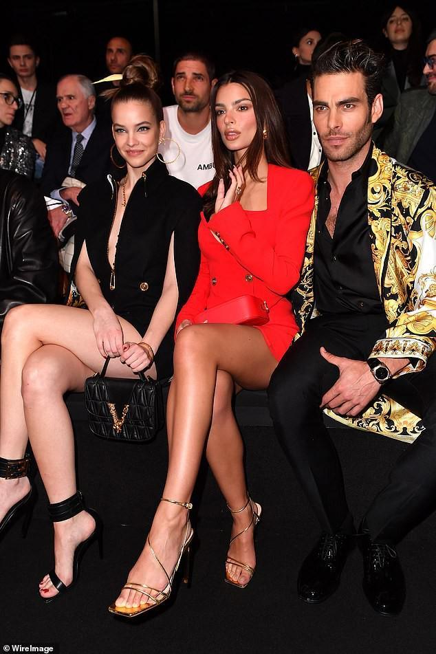 Emily Ratajkowski khoe dáng thon chân dài với đầm blazer đỏ rực Ảnh 5
