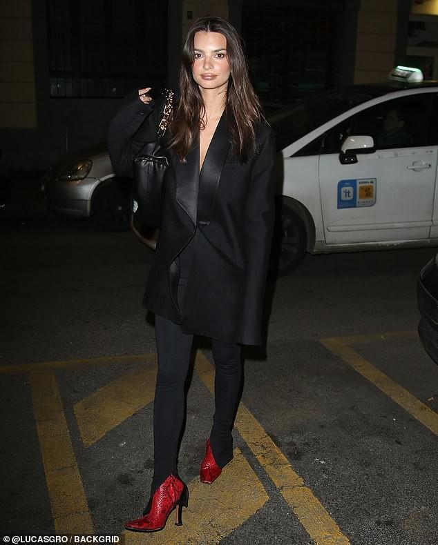 Emily Ratajkowski khoe dáng thon chân dài với đầm blazer đỏ rực Ảnh 7