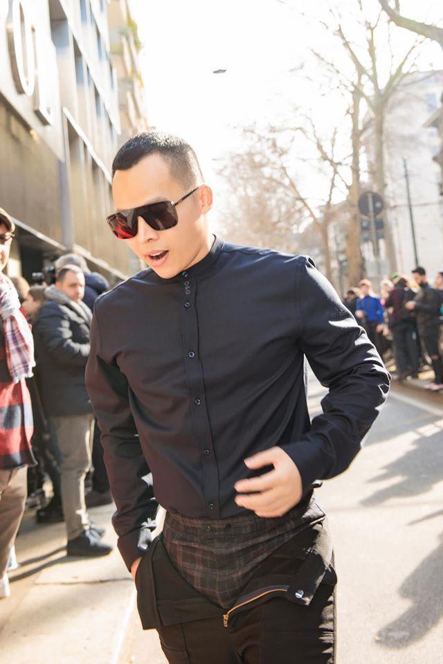 Không cần gà cưng, Vũ Khắc Tiệp mặc quần 'không kéo khóa' cũng gây sốt tại Milan Ảnh 2