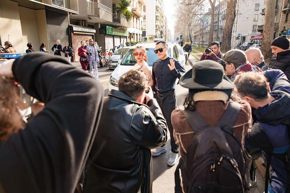 Không cần gà cưng, Vũ Khắc Tiệp mặc quần 'không kéo khóa' cũng gây sốt tại Milan Ảnh 7