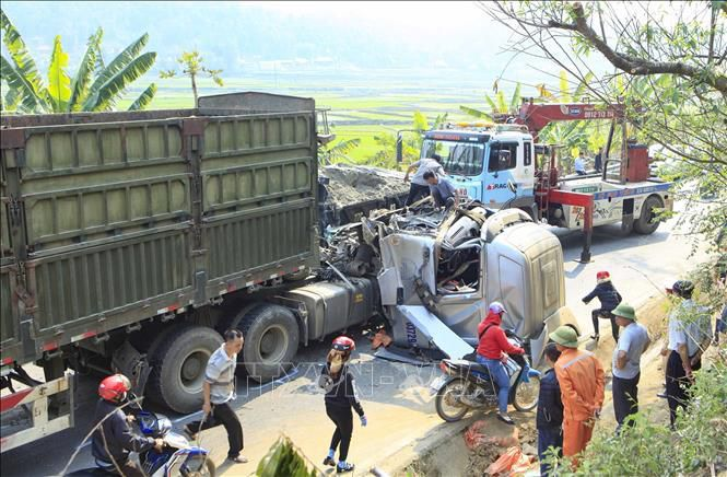 Xe container đối đầu xe tải, giao thông trên Quốc lộ 279 tê liệt Ảnh 3