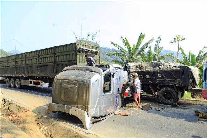Xe container đối đầu xe tải, giao thông trên Quốc lộ 279 tê liệt Ảnh 2