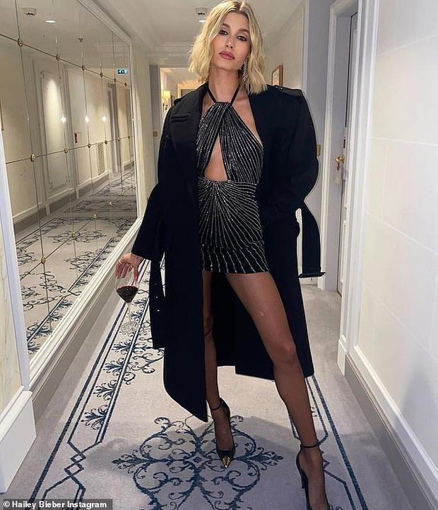 Hailey Bieber được khen gợi cảm ở Paris Fashion Week Ảnh 1