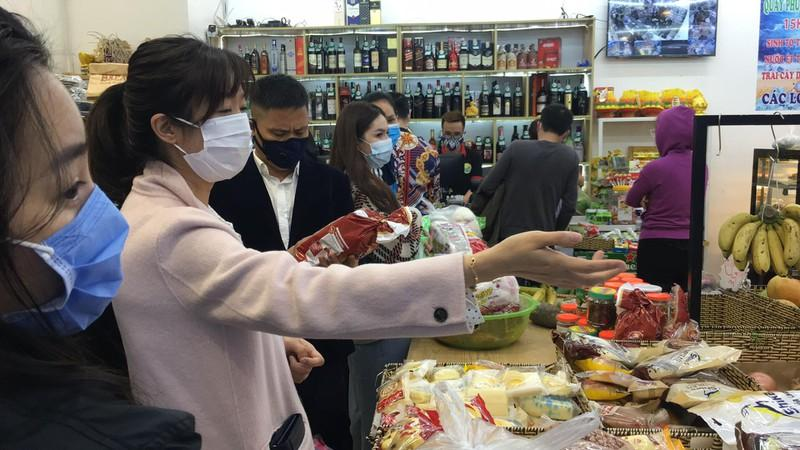 Né COVID-19, nửa đêm người Hà Nội ùn ùn đi mua thực phẩm về dự trữ Ảnh 7