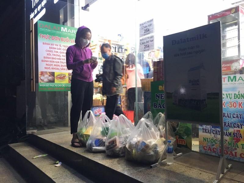 Né COVID-19, nửa đêm người Hà Nội ùn ùn đi mua thực phẩm về dự trữ Ảnh 9