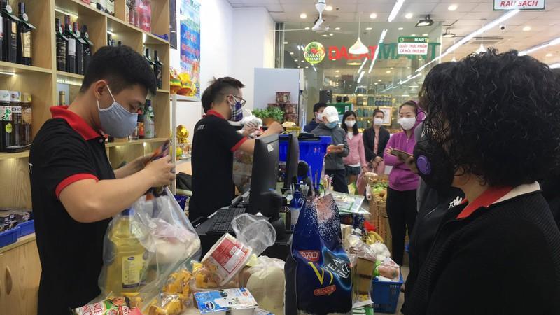 Né COVID-19, nửa đêm người Hà Nội ùn ùn đi mua thực phẩm về dự trữ Ảnh 3