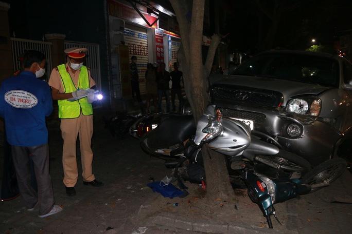 Ôtô lao lên vỉa hè đè bẹp 3 xe máy, tài xế bỏ trốn Ảnh 1