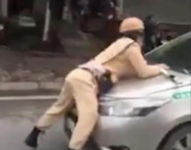 Tài xế taxi tông trung úy CSGT văng lên nắp capo Ảnh 1