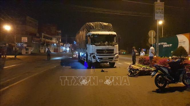 Xe tải va chạm xe máy khiến 3 người thương vong Ảnh 1