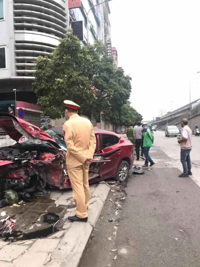 Ô tô Mazda nát đầu không rõ nguyên nhân trên hè phố, hiện trường khiến nhiều người ám ảnh Ảnh 2
