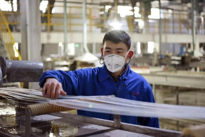 Tài sản của doanh nhân TQ tăng 2 tỷ USD nhờ sản xuất vải khẩu trang Ảnh 1
