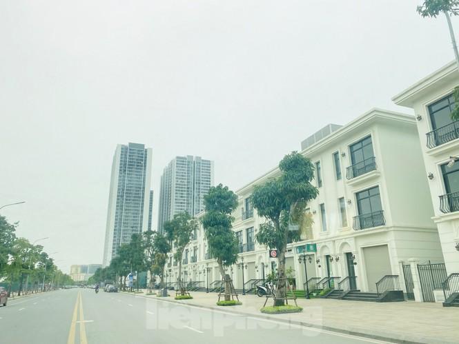 Khu đô thị mới Hà Nội vắng khác lạ trong ngày đầu tiên lệnh đóng cửa quán Ảnh 12