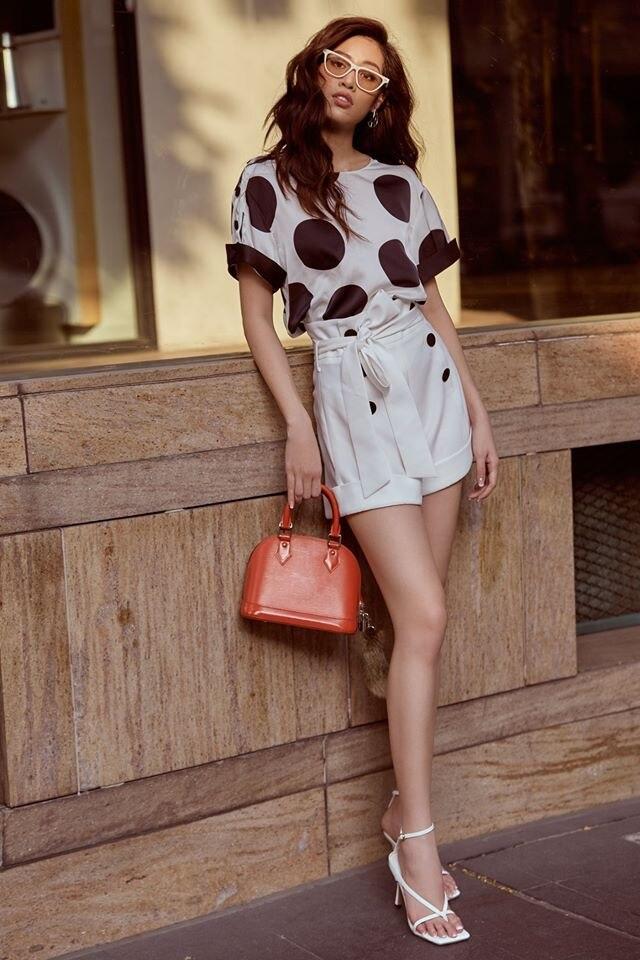 Muốn diện váy chấm bi mà không sợ bị già, bị sến thì cứ học Hoa hậu Khánh Vân Ảnh 1