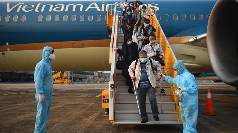 Sân bay Vân Đồn đón 56 người Việt trở về từ Ukraine Ảnh 1