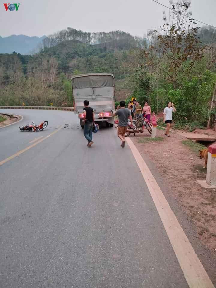 Xe máy vào cua không làm chủ tốc độ đâm vào xe tải tử vong tại chỗ Ảnh 1