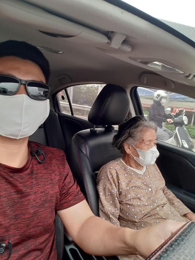 Thấy cụ bà gần 90 tuổi đứng chờ xe buýt, tài xế mời cụ lên xe chở đến địa điểm cụ cần cùng hành động đặc biệt Ảnh 3