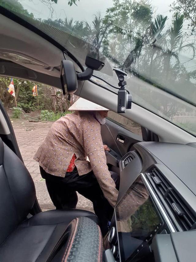 Thấy cụ bà gần 90 tuổi đứng chờ xe buýt, tài xế mời cụ lên xe chở đến địa điểm cụ cần cùng hành động đặc biệt Ảnh 4
