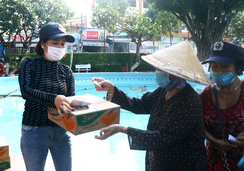 Bình Dương: Ngàn người bán vé số dạo được nhận quà Ảnh 2
