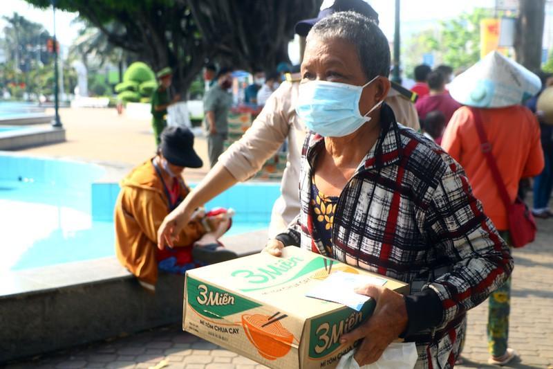 Bình Dương: Ngàn người bán vé số dạo được nhận quà Ảnh 3
