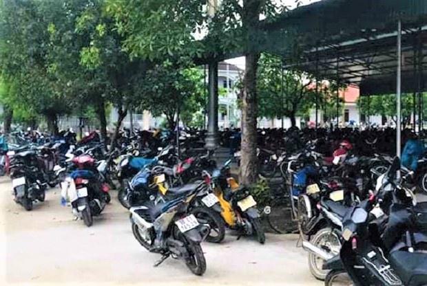 Hàng trăm người đi lễ nhà thờ ở Hà Tĩnh trong dịch Covid-19 Ảnh 2