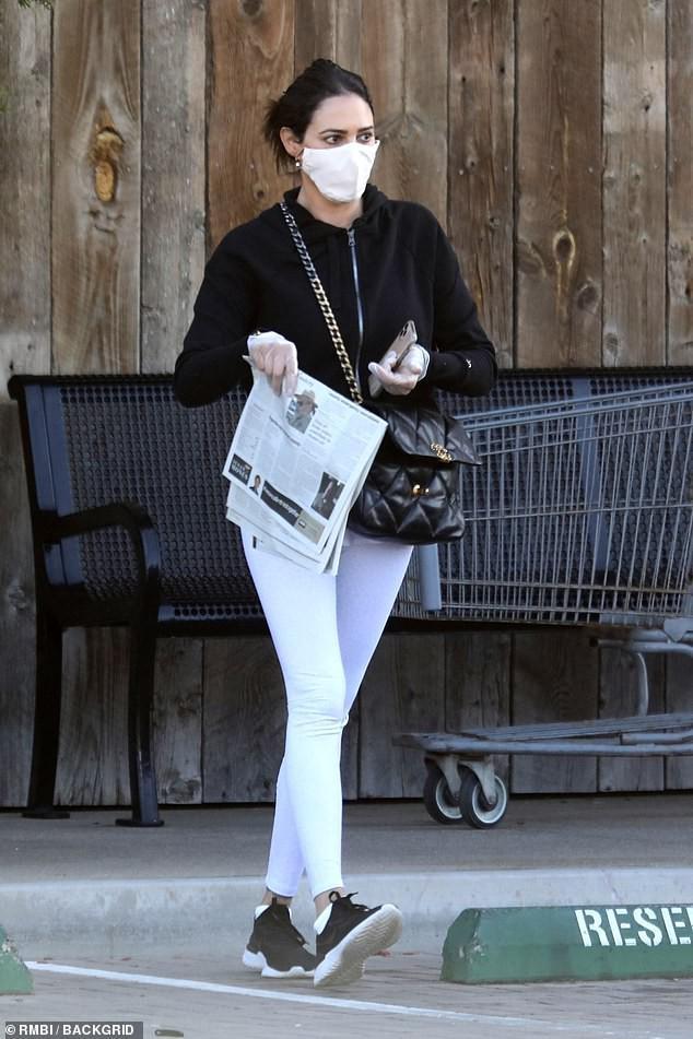 Bạn gái 'ông trùm' Simon Cowell 'phòng bị' cẩn thận khi đi mua sắm Ảnh 5