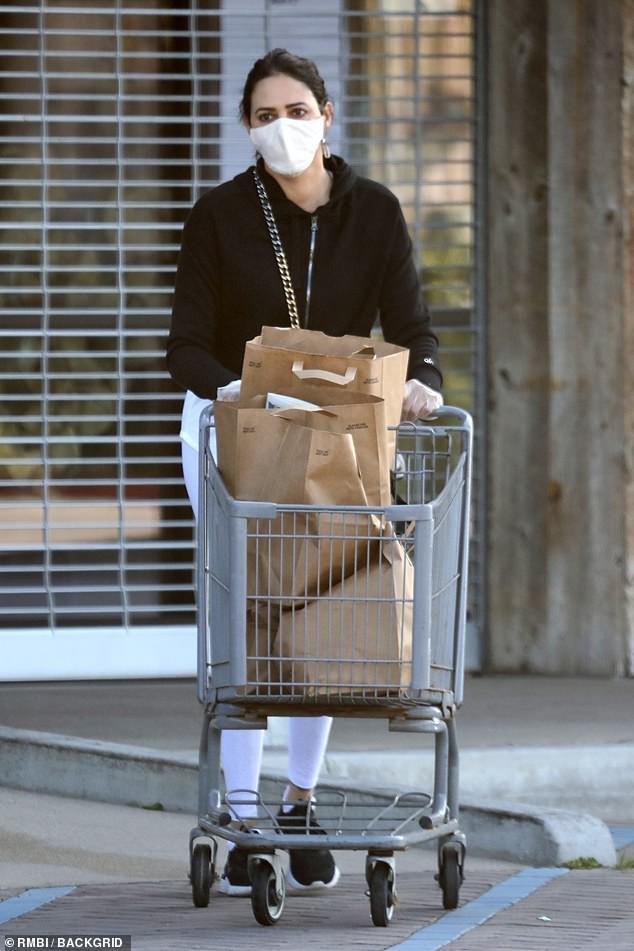 Bạn gái 'ông trùm' Simon Cowell 'phòng bị' cẩn thận khi đi mua sắm Ảnh 2