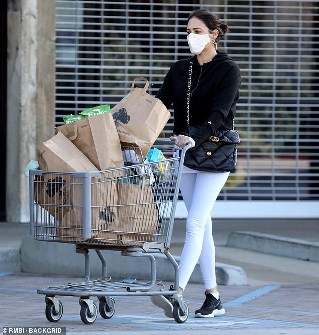 Bạn gái 'ông trùm' Simon Cowell 'phòng bị' cẩn thận khi đi mua sắm Ảnh 4