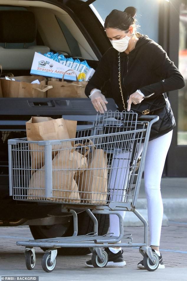 Bạn gái 'ông trùm' Simon Cowell 'phòng bị' cẩn thận khi đi mua sắm Ảnh 3